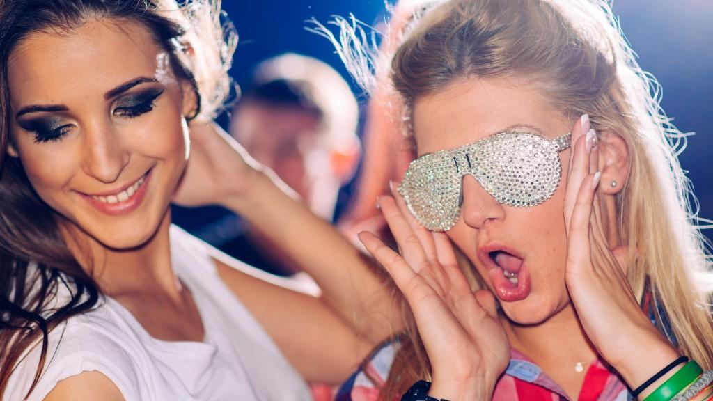 Mädels Tanzen und haben bei der Party Spaß