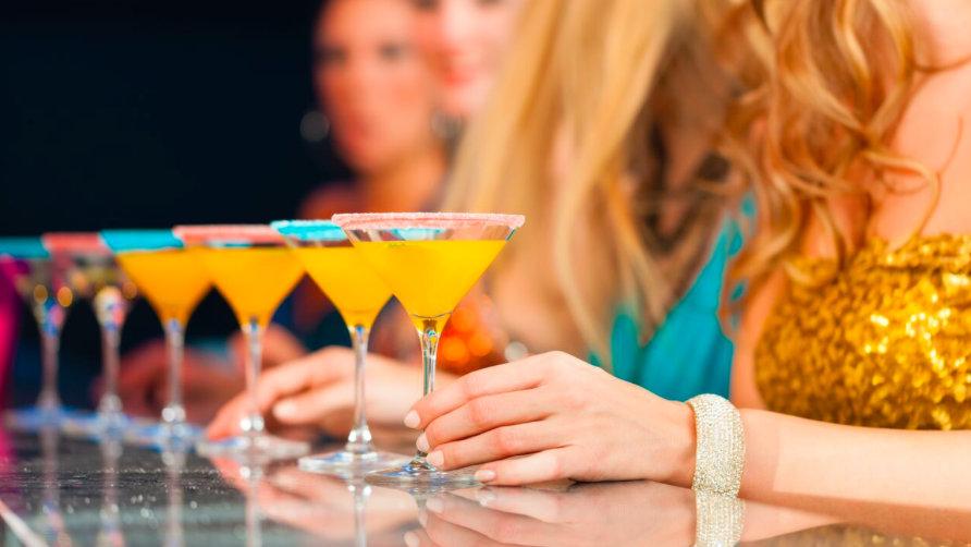 Beim Cocktail-Unterricht lernt man die Geheimnisse des Rührens und Schüttelns kennen.